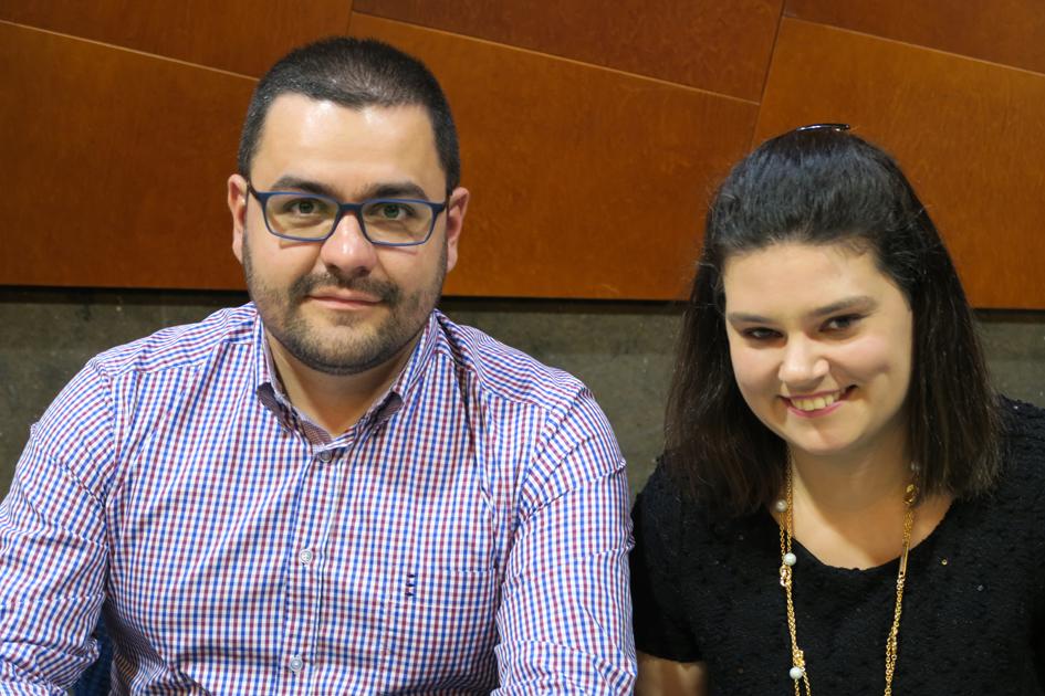 El óptico-optometrista Daniel Vázquez Amado y su acompañante