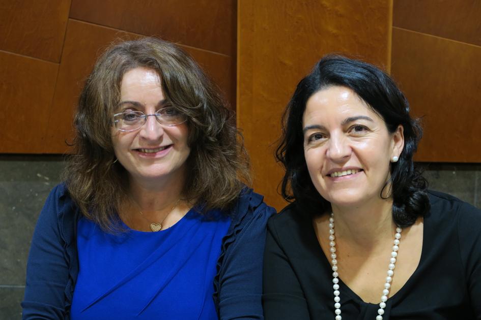 La catedrática de la Facultad de Optometría de la USC, Eva Yebra-Pimentel, y la también profesora de